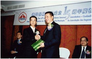 2002年12月6日,胡伯橋會長於本會十五周年酒會上致送紀念品給澳門特別行政區首長何厚鏵