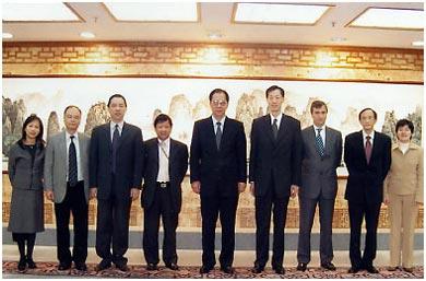 2003年2月11日理事會於新春期間拜訪中聯辦副主任何曉衛