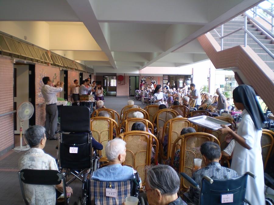 探訪期間與院內長者玩遊戲及唱粵劇助慶